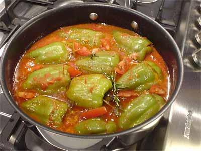 Gefüllte Paprikas mit Tomatensauce (Bildquelle: Henry)